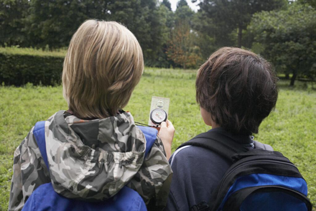 Barn som tar ut kompassriktningen