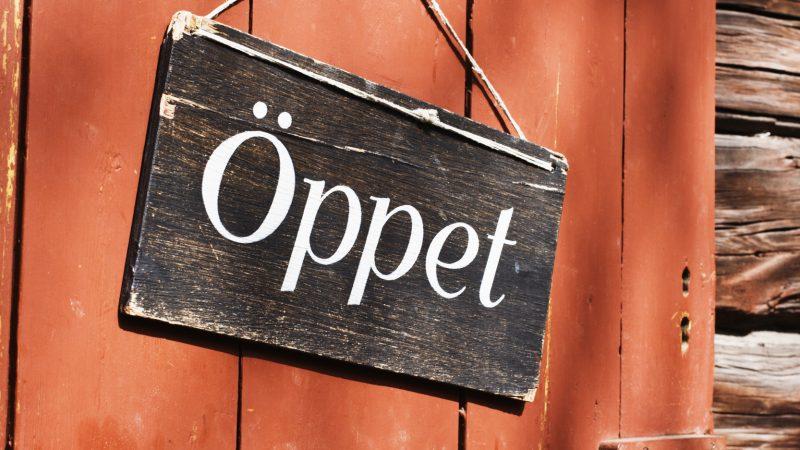 Dörr med öppet-skylt